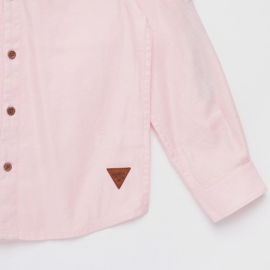 قميص بارز الملمس بياقة ماندارين وأكمام طويلة بألسنة تثبيت