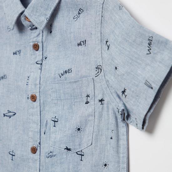 قميص بأكمام قصيرة وأزرار للإغلاق وطبعات