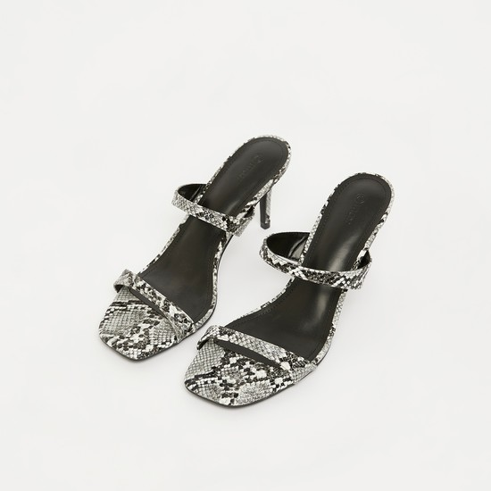 حذاء ستيليتو بأحزمة وطبعات حيوانات