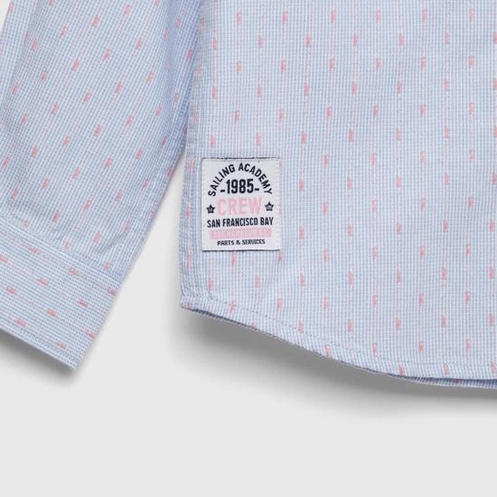 قميص بطبعات وأكمام طويلة وجيوب مخفيّة