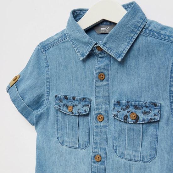 قميص دينم بياقة عادية وجيوب أمامية بطية
