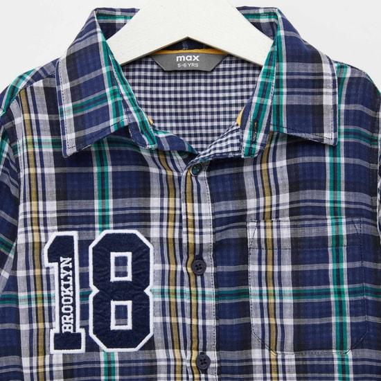 قميص مزدوج من القماش كاروهات بأكمام طويلة وإغلاق بأزرار