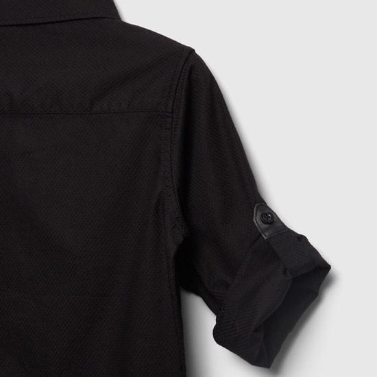 قميص بارز الملمس بجيب مزين وأكمام طويلة
