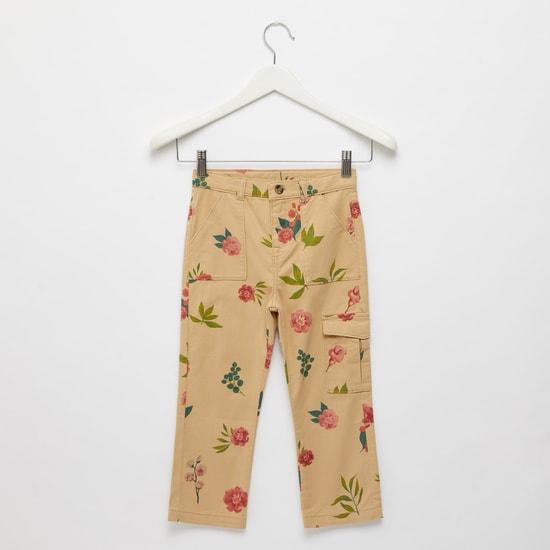 بنطلون كارجو بطبعات بالكامل زهور مع تفاصيل جيب وحلقات حزام