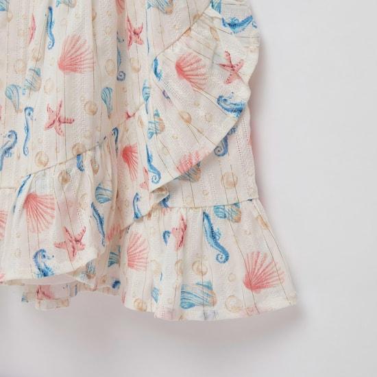 فستان بطول الركبة وبأكمام قصيرة وطبعات