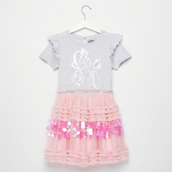 فستان بطول الركبة وأكمام قصيرة وتفاصيل كشكش وطبعات