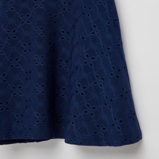 فستان بارز الملمس بطول الركبة وأكمام كاب وأزرار