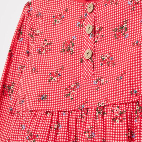 فستان متعدد الطبقات بياقة مستديرة وأكمام طويلة وطبعات أزهار
