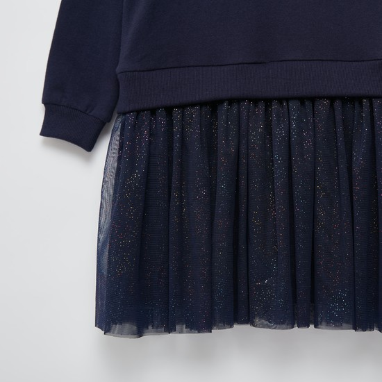 فستان مزيّن بأكمام طويلة وتفاصيل شبكية