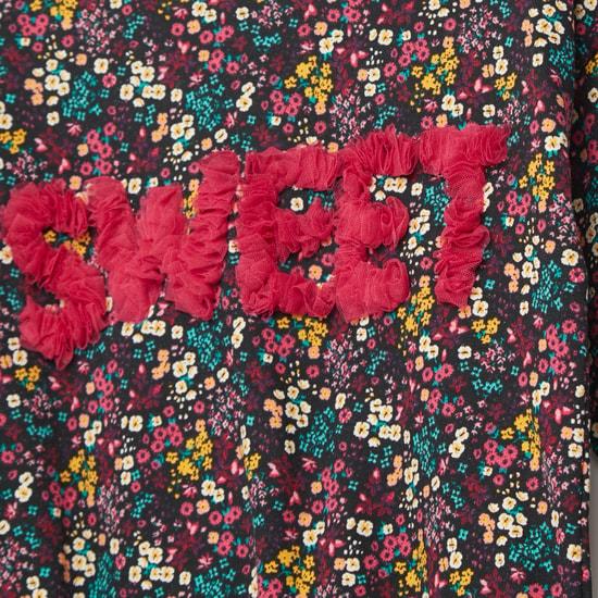 سويت توب بياقة مستديرة وشعار بارز وطبعات زهور
