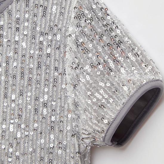 فستان متعدد الطبقات بياقة مستديرة وأكمام قصيرة وترتر