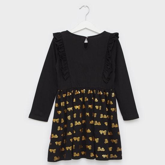 فستان بياقة مستديرة وأكمام طويلة وتفاصيل كشكش وطبعات تيبوجرافيك