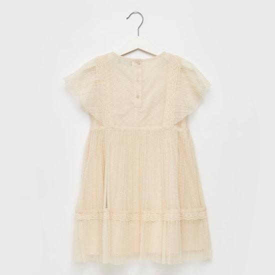 فستان بأكمام متمددة وأربطة وتفاصيل دانتيل
