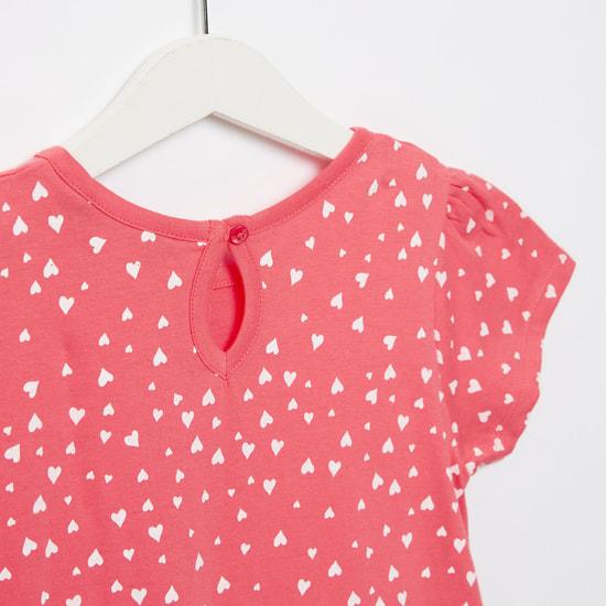 فستان قصير بياقة مستديرة وطبعات قلب وأكمام كاب