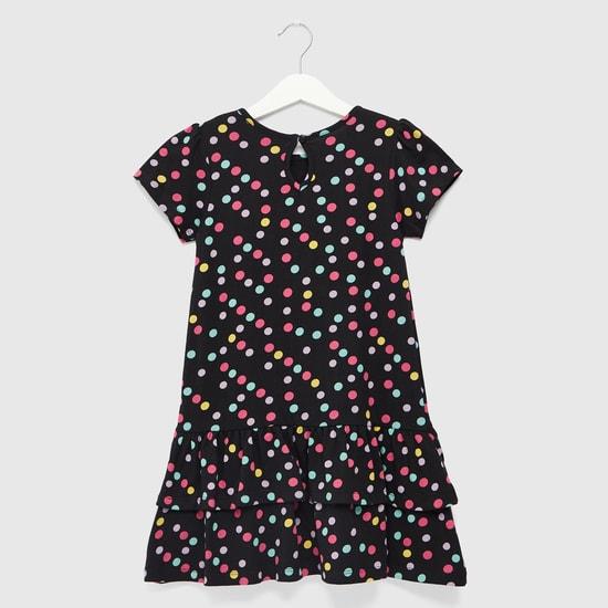 فستان متعدّد الطبقات بياقة مستديرة وأكمام كاب وطبعات منقّطة