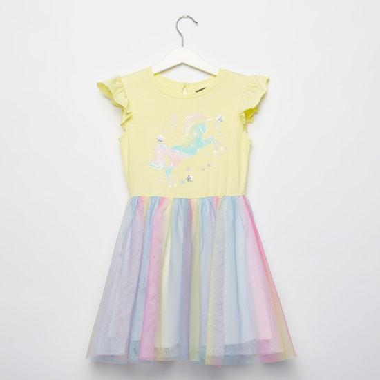 فستان بياقة مستديرة وأكمام كاب وطبعات يونيكورن