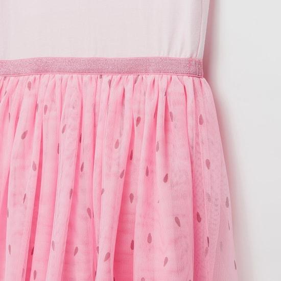 فستان مزين بالترتر بأكمام كاب بكشكش وفتحة بزر إغلاق