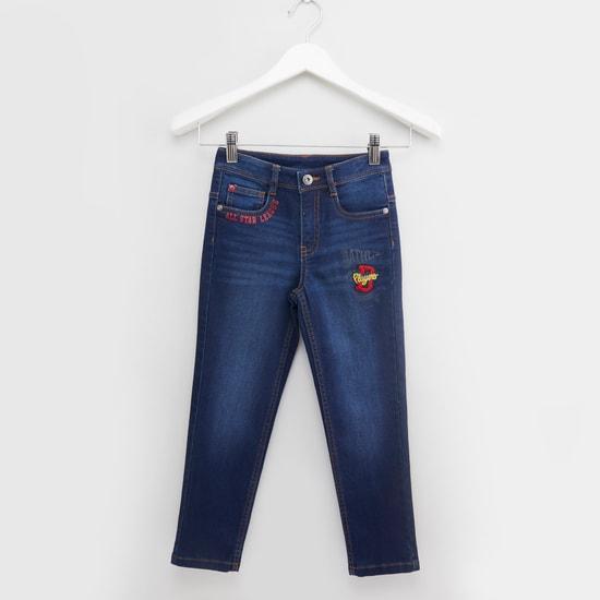 بنطلون جينز طويل بطبعات وزخارف مطرزة مع تفاصيل جيوب