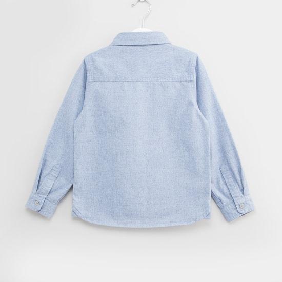 قميص بارز الملمس بأكمام طويلة وجيب على الصدر