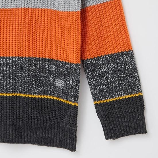 كنزة بارزة الملمس بتصميم قوالب ملونة و أكمام طويلة
