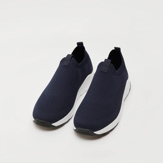 حذاء رياضي بارز الملمس بلسان سحب