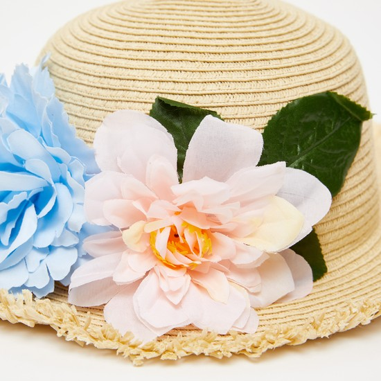 قبعة مستديرة مزخرفة بزخارف أزهار