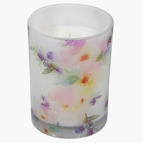 شمعة في كأس بطبعات الأزهار