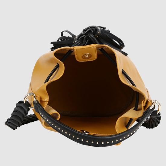 حقيبة بتصميم دلو بحزام طويل