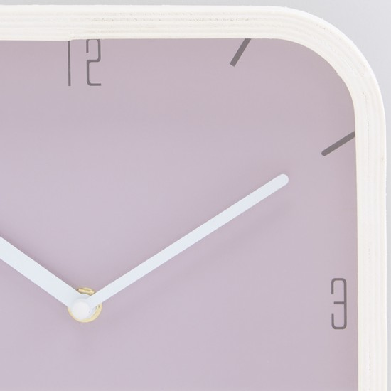 ساعة حائط بتصميم مربع