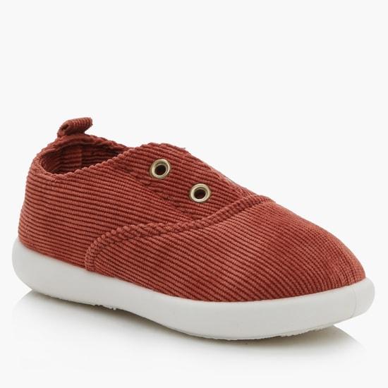 حذاء سهل الارتداء مزيّن بثقوب معدنية