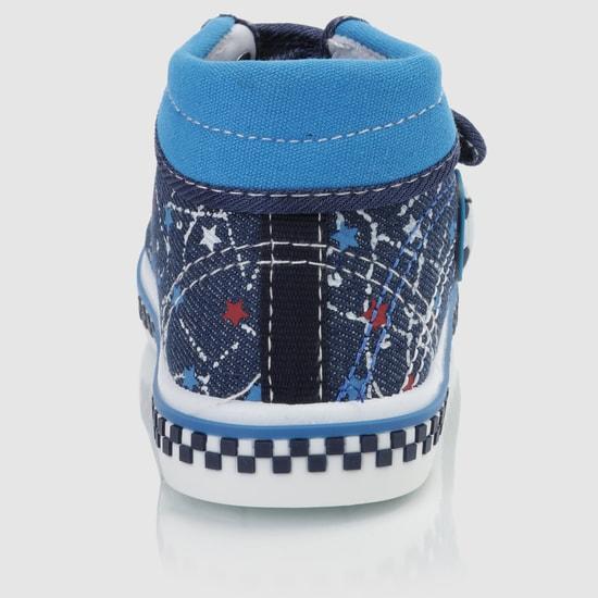 حذاء سنيكرز مطرّز بشريط لاصق للإغلاق