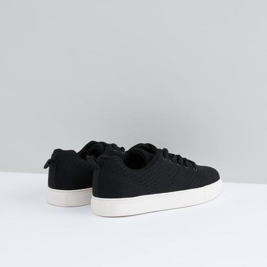 حذاء برباط وتفاصيل شبكية