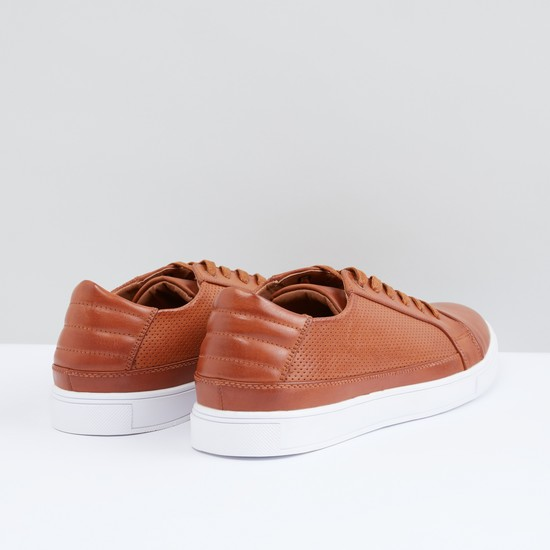 حذاء مثقوب برباط