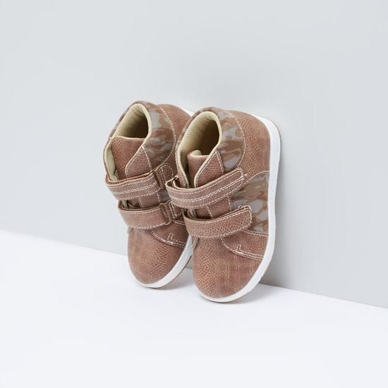 حذاء بشريط إغلاق