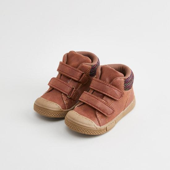 حذاء عالي بارز الملمس بشريط إغلاق