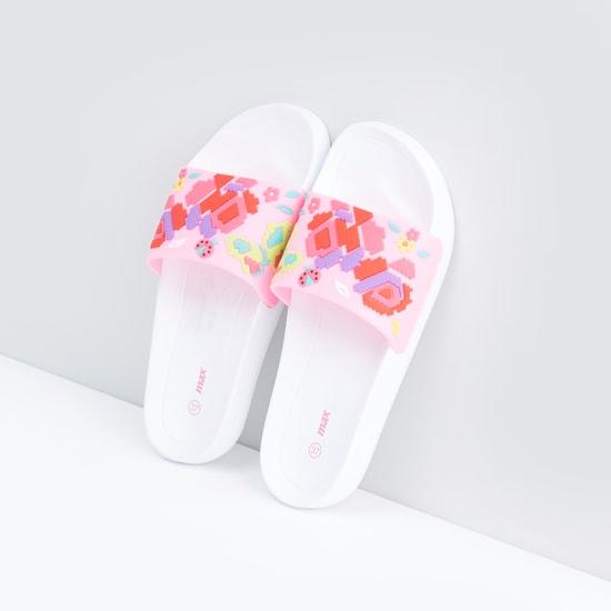 حذاء خفيف بارزالملمس ومزود بتفاصيل زخارف