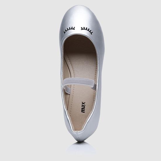 حذاء ماري جين بارز الملمس بتفاصيل مطاطية