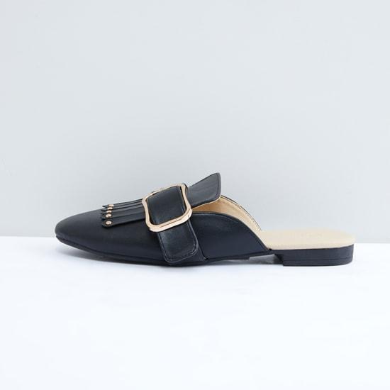 حذاء خفيف مرصّع بإبزيم وشراشيب