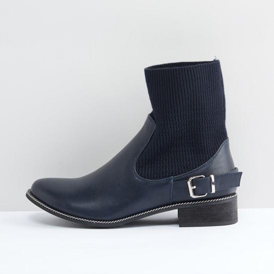 حذاء طويل سهل الارتداء وبارز الملمس بكعب سميك وإبزيم