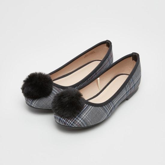 حذاء باليرينا بتصميم مربعات وتفاصيل كرات بوم بوم