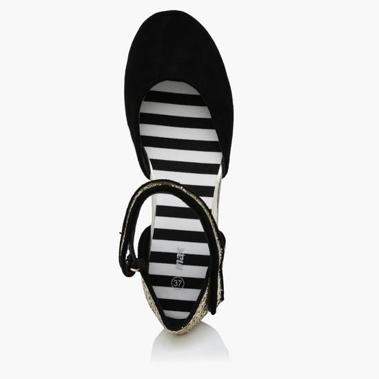 حذاء لامع بشريط لاصق للإغلاق