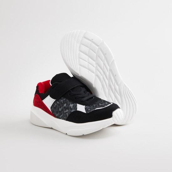 حذاء سنيكرز بارز الملمس مع خطّاف وحلقة إغلاق