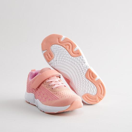 حذاء رياضي بارز الملمس بكاحل منخفض مع خطّاف وحلقة إغلاق