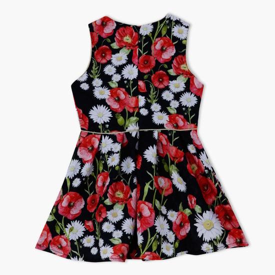 فستان بنقش مطبوع وبتصميم بدون أكمام