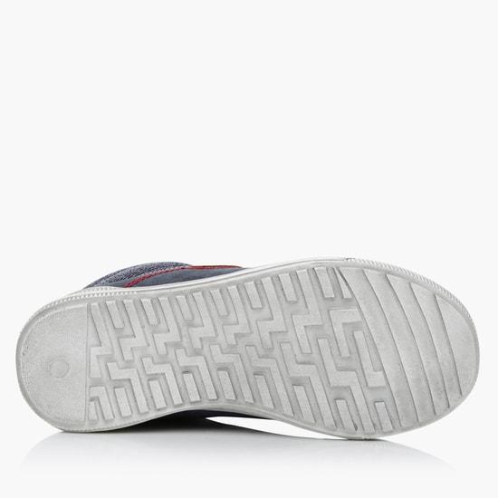 حذاء بربّاط للإغلاق