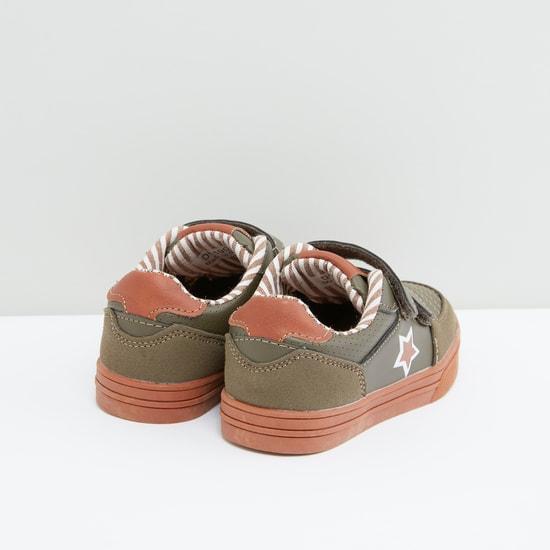 حذاء بشريط إغلاق ودرزات