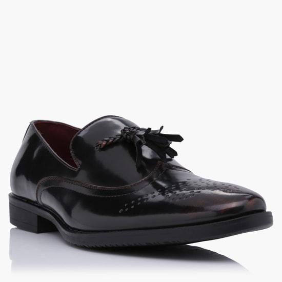 حذاء بروج سهل الارتداء مُزيّن بشُرّابات