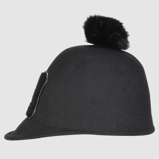 قبعة مزخرفة ومزينة بكرات ناعمة