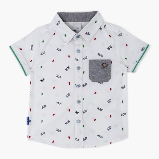 قميص بأكمام قصيرة وطبعات