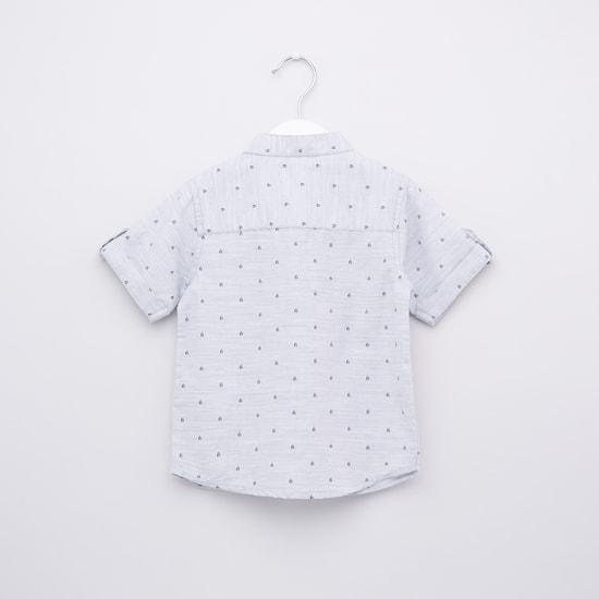 قميص بأكمام قصيرة وأزرار وطبعات